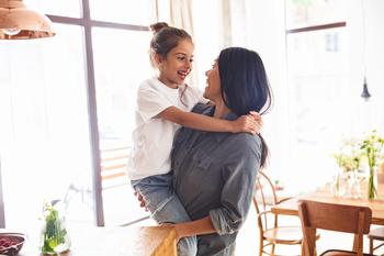Une mère portant sa fille dans ses bras