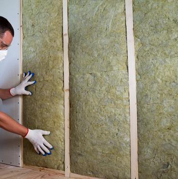 Pose de panneaux isolants sur un mur intérieur