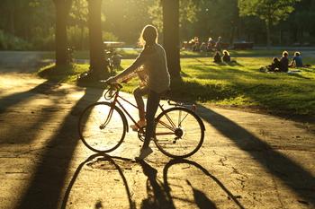 Fille en vélo dans un parc